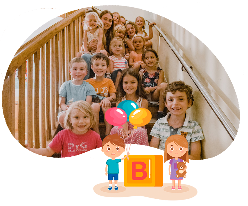 Alle Kinder sitzen auf der Stiege